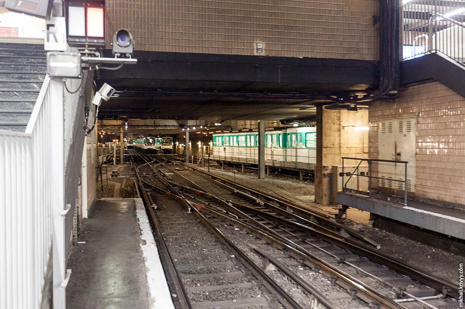 Сервисная зона у станции Gallieni. Париж - очень тесный город с очень дорогой землёй. Наземные депо небольшие и, как правило, там осуществляется только обслуживание и ремонт поездов. Для отстоя используются многочисленные служебные пути, тупики, бывшие кольца, вторые-третьи-четвёртые пути на станциях и т.п.
