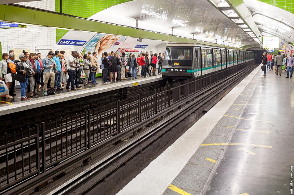 На большей части веток нет объявления станций. Пассажиры ориентируются по табличкам на стенах станции. Таблички многократно повторяются и их всегда видно из вагонов поезда. Станция Гар-дю-Нор (Gare du Nord), линия 4. Электропоезд Alstom MP 89 CC №25.