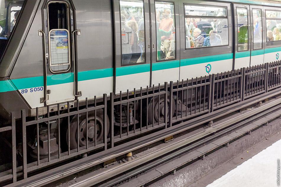 На некоторых линиях используются резиновые шины. Это тоже изобретение французов. 11 линия, маршрутом Châtelet — Mairie des Lilas была перестроена первой на шинный ход в 1956 году. Электропоезд Alstom MP 89 CC №25.