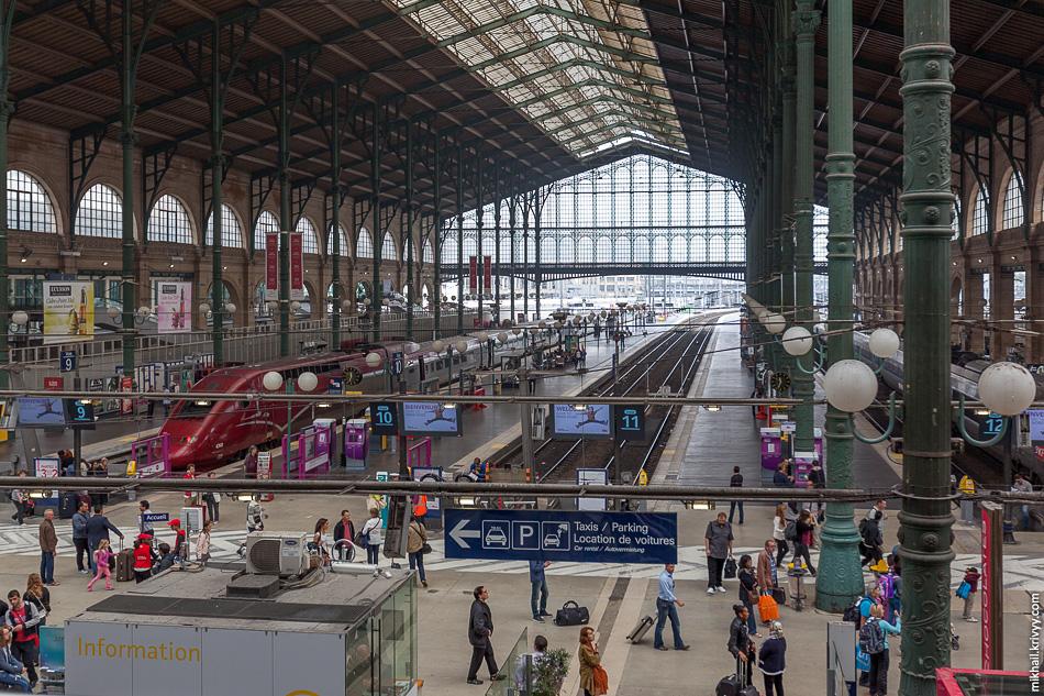 Центральный дебаркадер Северного вокзала. Платформы за забором для поездов в Лондон (Eurostar).