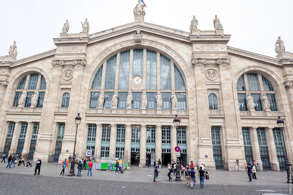 Восемь больших статуй относятся к международному сообщению, двенадцать меньших, расположенных на фасаде ниже относятся к внутреннему сообщению, это города северо-западной Франции.