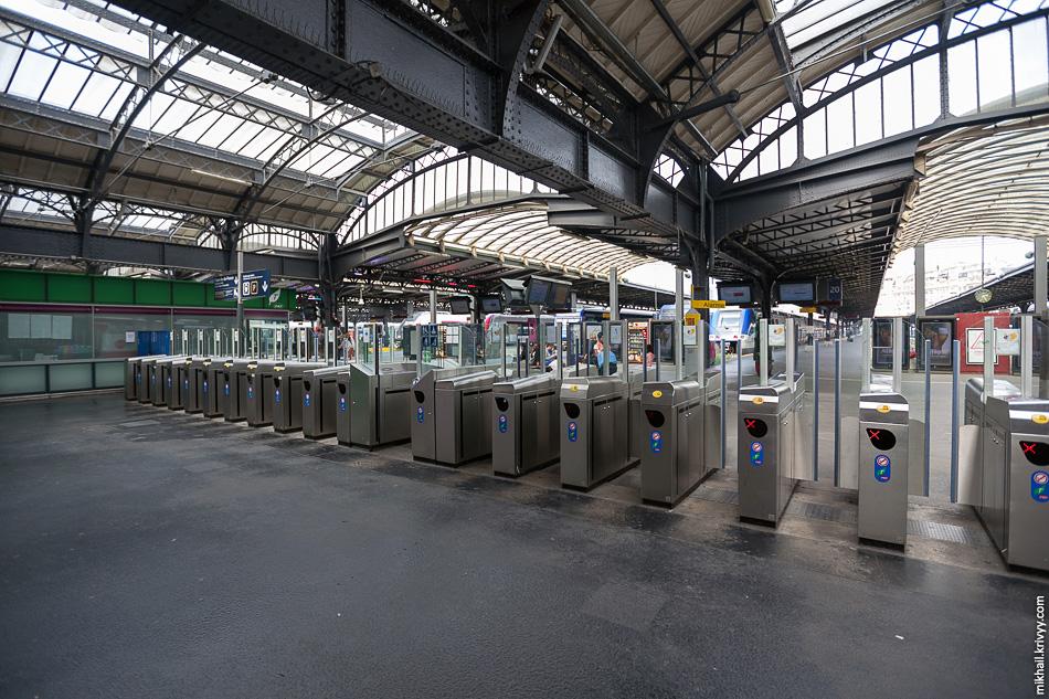 """Выходы к пригородным поездам. Тут турникеты не такие """"злые"""", как метро. Восточный вокзал, Париж."""