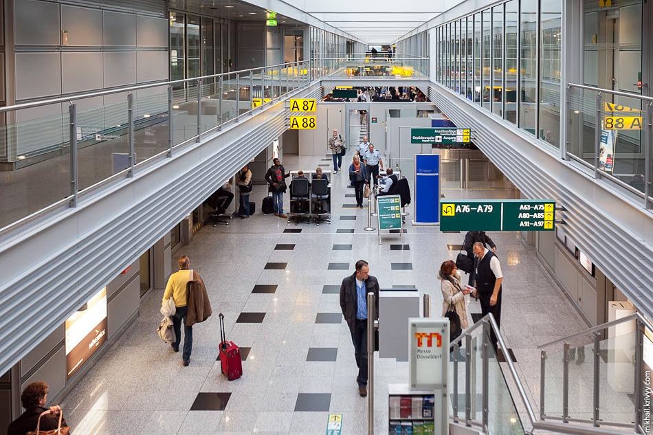 Аэропорт производит впечатление современного транспортного узла, пока не попадаешь в чистую зону после таможни.