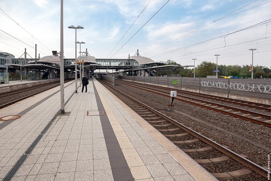 Станция имеет три платформы и 8 путей. Два центральных пути, используются для скоростного безостановочного движения поездов. Они отгорожены звукоизолирующим забором, дабы не пугать пассажиров стоящих на платформах. Вид в сторону Дуйсбурга.