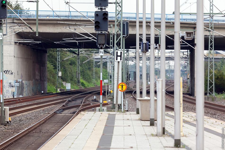 Развернемся на 180 градусов и посмотрим в сторону Дюссельдорфа. От станции до главного вокзала Дюссельдорфа шесть главных путей.