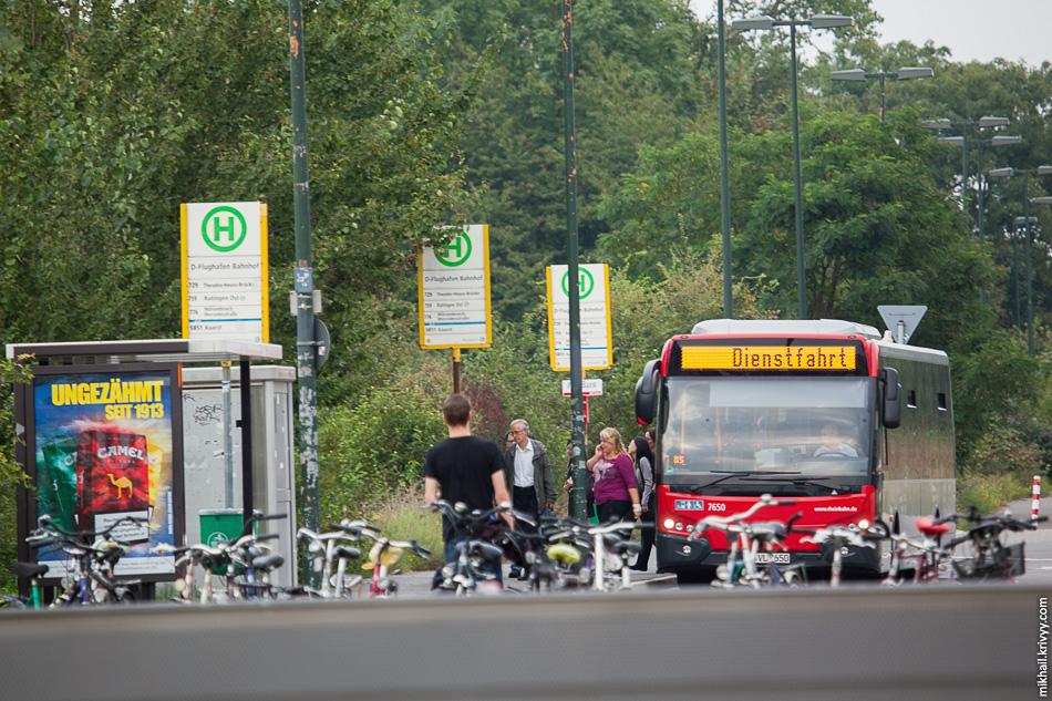 Посмотрим направо, в сторону от аэропорта. Там автобусные остановки обслуживающие эту часть Дюссельдорфа.