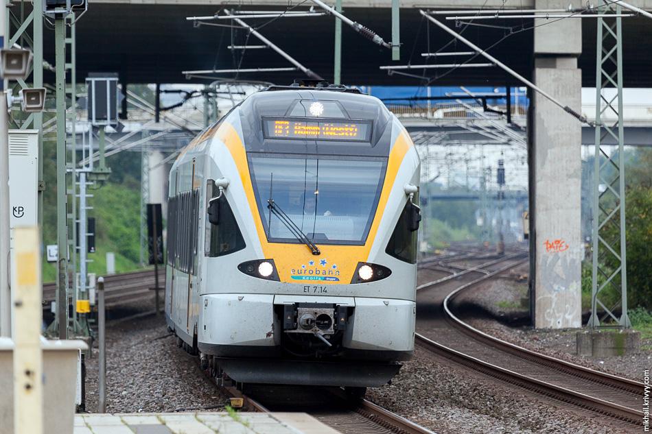 """О! А это что со стороны Дюссельдорфа? Не узнаете? Это RE3 """"Рейн-Эмшер-Экспресс"""" (Rhein-Emscher-Express). Движение экспресса осуществляется по путям, предназначенным для скорых поездов со скоростью 160 км/ч."""