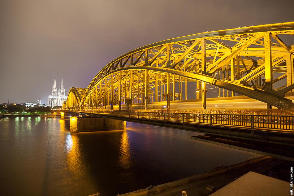Первая версия моста была введена к эксплуатацию в одновременно с открытием кёльнского вокзала в 1859 году.