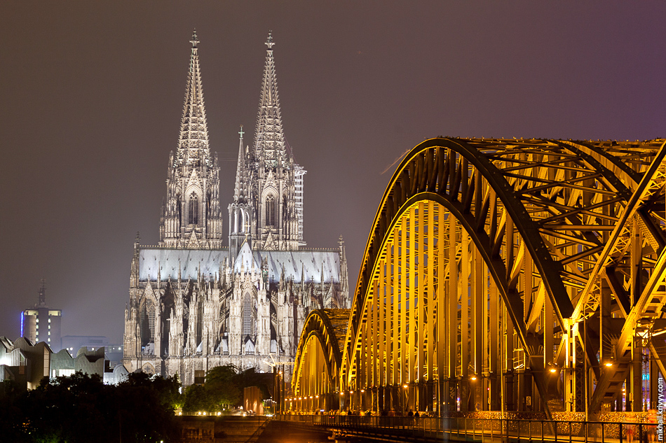 По мосту непрерывно идут поезда, в сутки по нему проходит более 1200 составов.