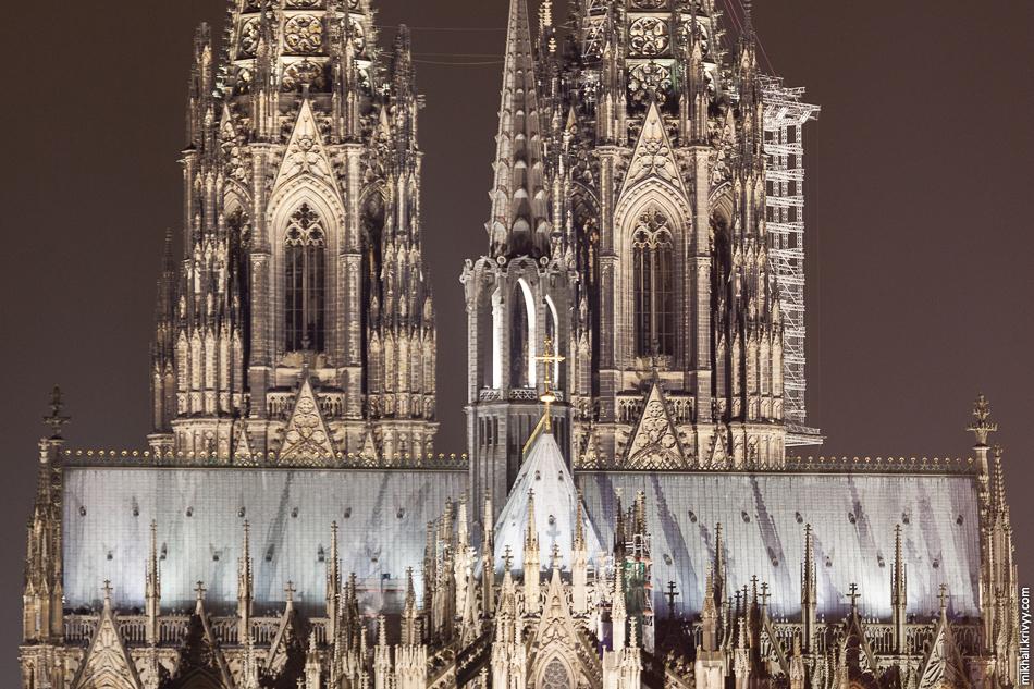 Строительство Кёльнского Собора велось в два приёма — в 1248—1437 гг. и в 1842—1880 годах. По окончании строительства 157-метровый собор на четыре года стал самым высоким зданием мира.