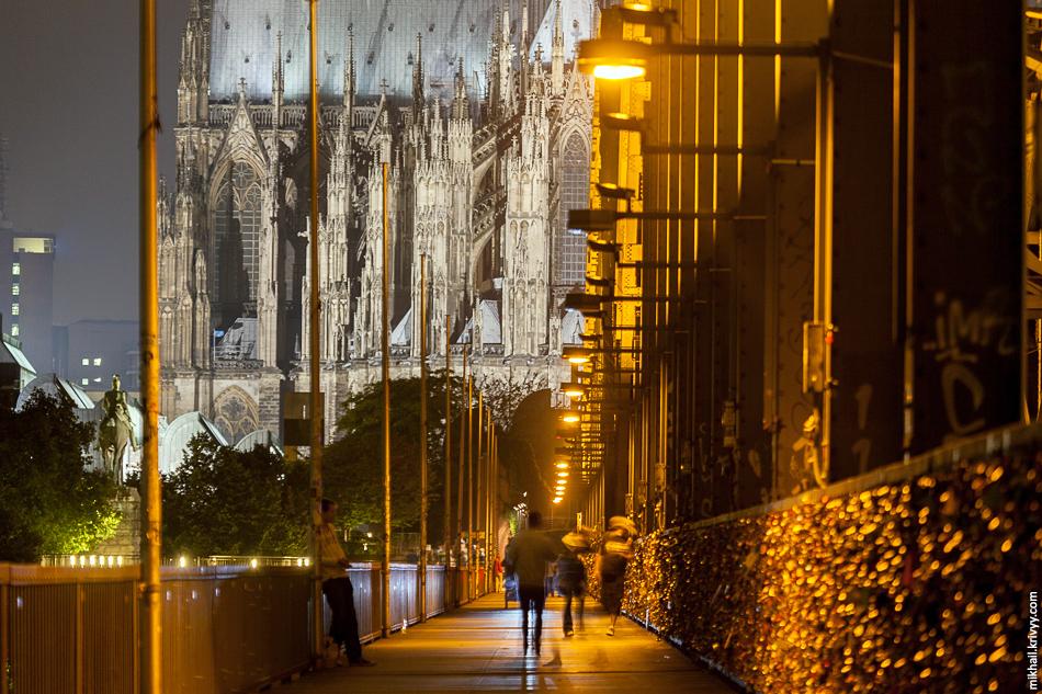 Мост почти целиком завешан замками. Эта шиза сейчас происходит много где, но такой массовости как в Кёльне я не видел ни где.