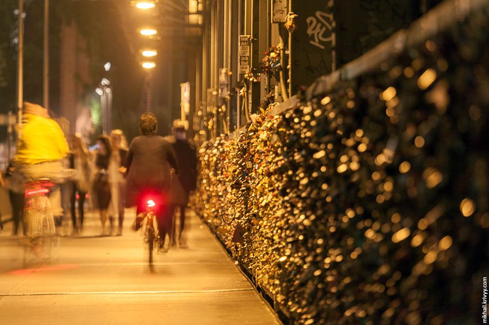 Пешеходы и велосипедисты пользуются мостами не менее активно, чем железнодорожники. Пешеходные дорожки достаточно легкие и раскачиваются от проходящих и проезжающих людей. Приходилось выжидать, иначе о длинной выдержке можно было бы забыть.
