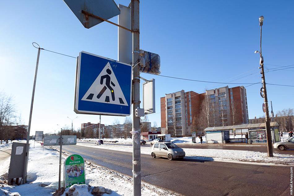 Перекресток улиц Ломоносова и Зелинского. Картина та же.