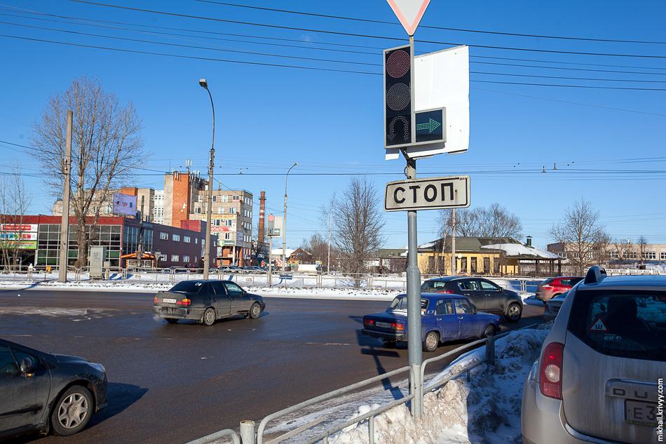 Еще один шедевр расположен на перекрестке улицы Ломоносова и проспекта А. Корсунова. Разворотная стрелка на нам сделана наклейкой, которая в сочетании со светодиодами расположенными по кругу создает удивительную картинку.