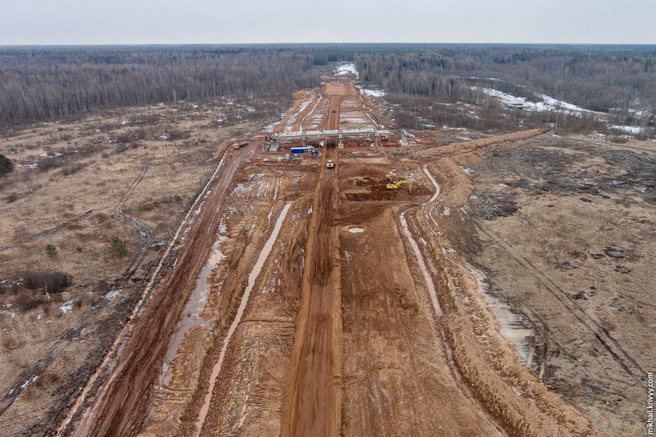 Активно ведутся работы над путепроводом съезда с автомагистрали. Путепровод на пересечении с автодорогой Новоселицы - Папоротно пока на стадии обустройки свай.
