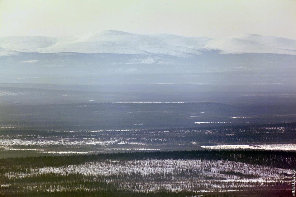 Вид на юг, в сторону Кандалакши, там за хребтом Белое море.