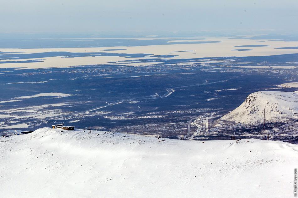 Вид с горы Айкуайвенчорр в сторону города Апатиты. Хорошо видно, что по сравнению с Хибинами, Кольский полуостров, в целом, выглядит достаточно плоско. Высота горы Айкуайвенчорр - 1075 метров.