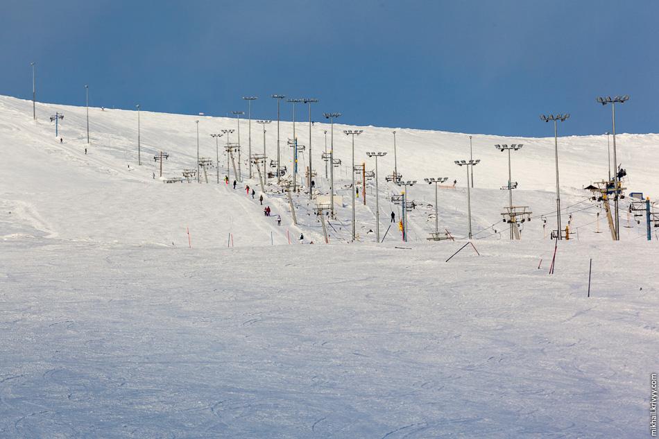 Спустимся вниз, на высоту около 400 метров. Это тот самый подъемник, который ведет к вершине горы Айкуайвенчорр.