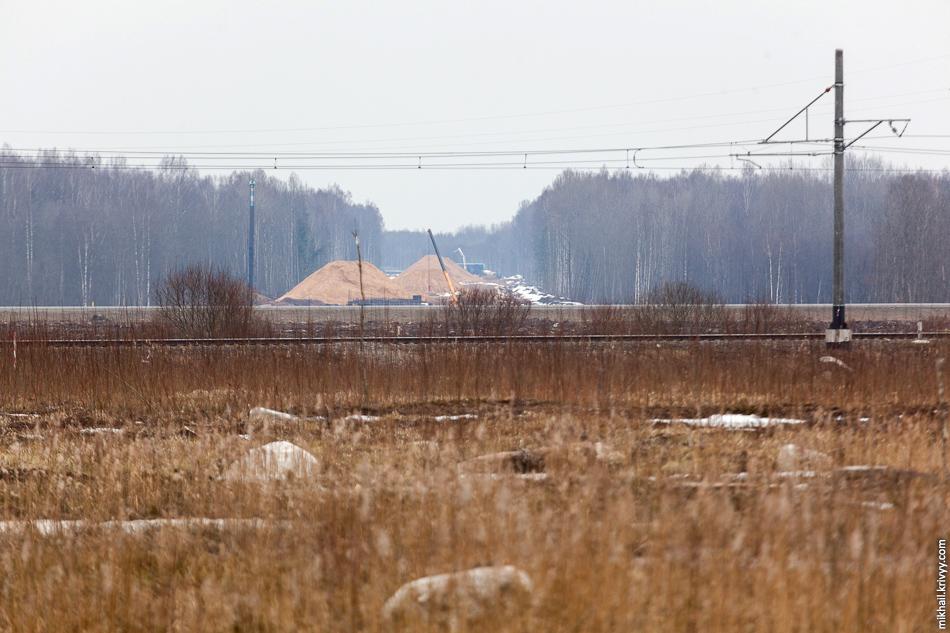 """Вид в сторону Москвы. Сначала железная дорога Чудово - Новгород, потом автодорога М10 """"Россия"""" и далее работы по шестому этапу, в том самом месте, куда я пытался попасть по технологическому проезду газопровода."""