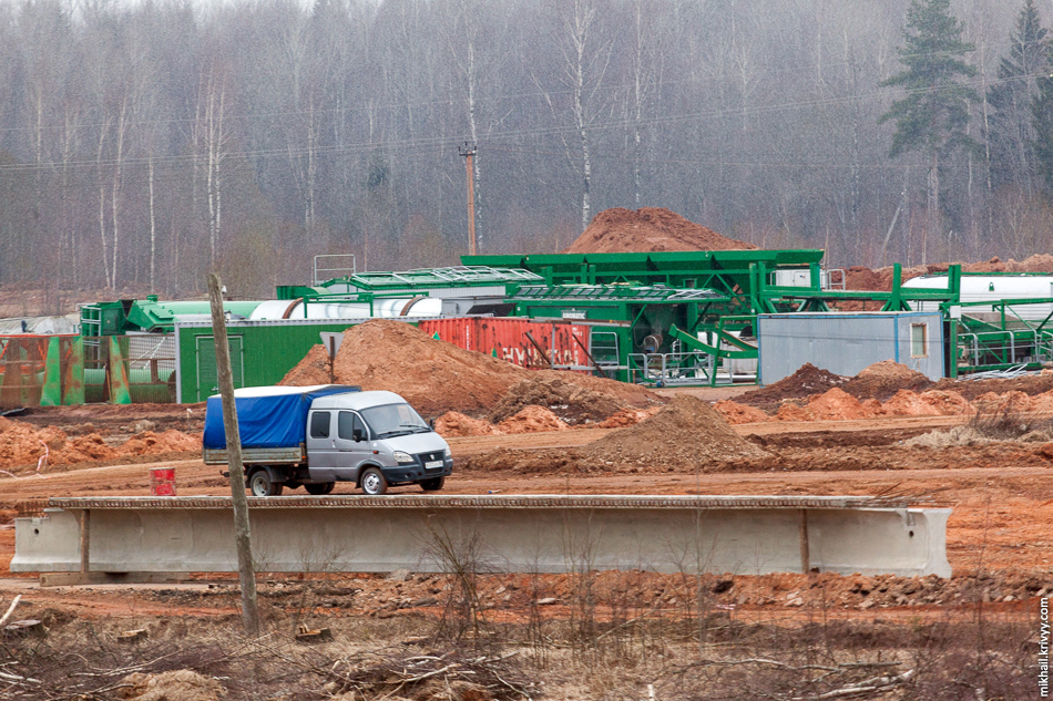 Видимо планируют собрать какой-то мобильный завод. Может бетонный, а может асфальтовый. У дороги лежат несколько пролетных строений для путепровода.