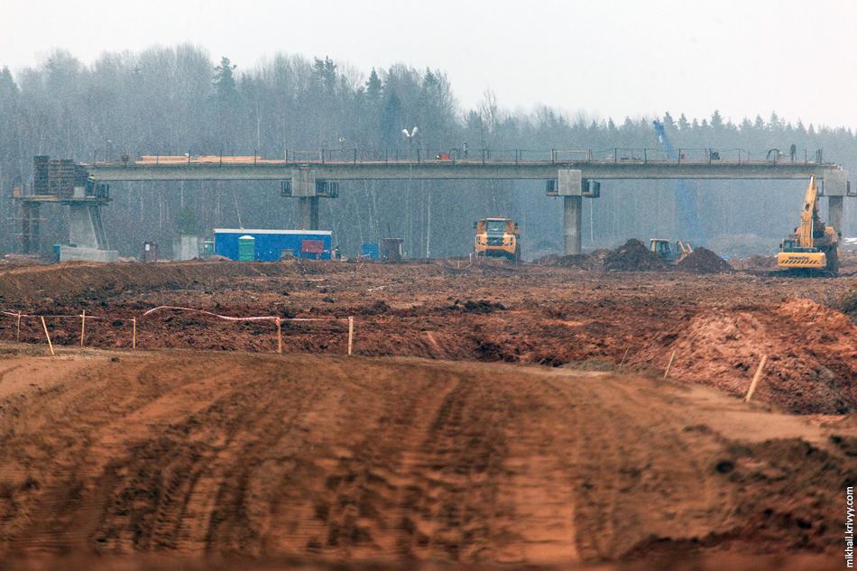 Работы над путепроводом, вид в сторону Москвы. Синий кран на фоне работает на строительство моста через реку Вишера.