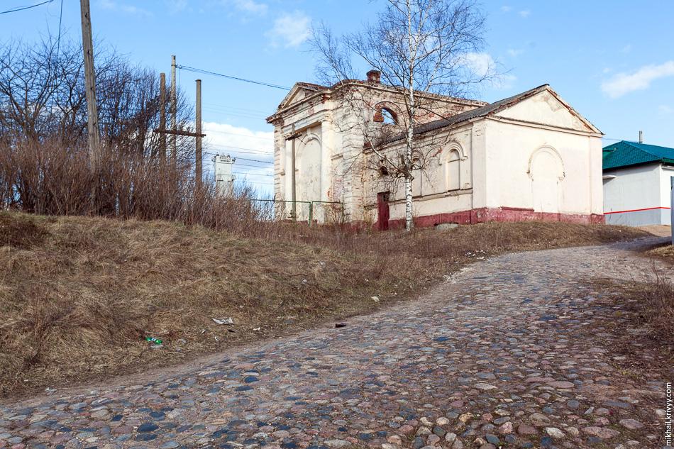 2. Мощенная булыжником улица вела к станции. Водоналивное здание заброшено, раньше оно использовалось для заправки паровозов водой.