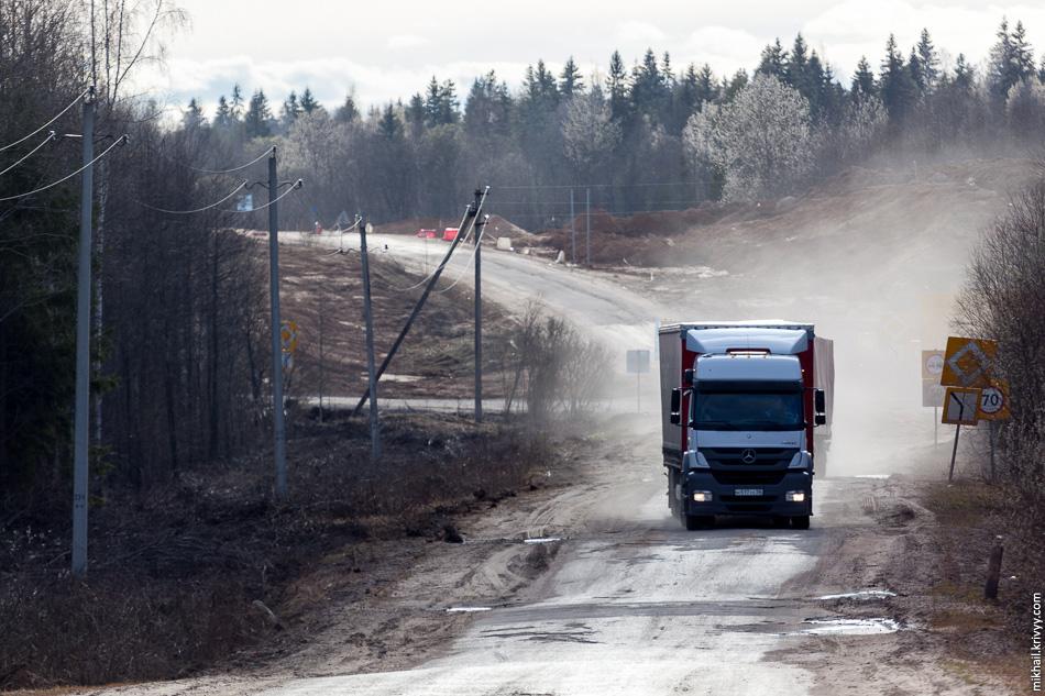 Примерно так выглядит автодорога Р8 Валдай - Боровичи - Пестово - Устюжна в районе пересечения с автомагистралью М11.