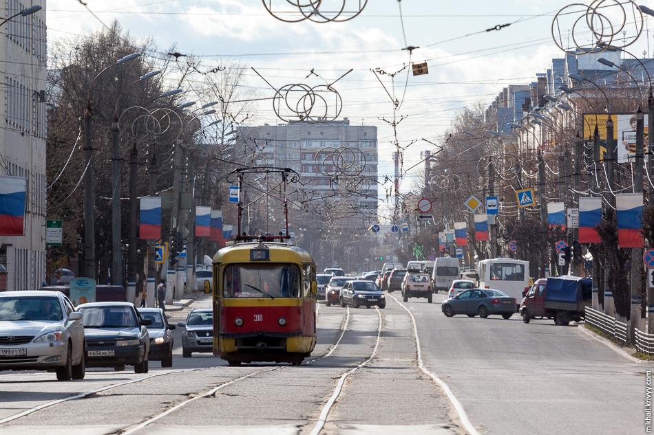 Как не странно, в Твери еще жив трамвай. Правда состояние трамвайной системы плачевное. Такое впечатление, чтовсе еще работает на советском запасе прочности, а вагоны сюда присылают из Москвы, вместо того что бы их утилизировать.