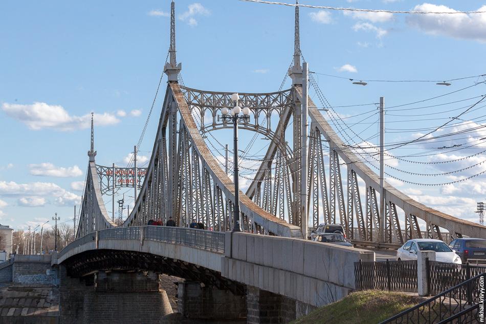Раньше по мосту ходил трамвай, но после реконструкции 1985 года его заменили на троллейбус.