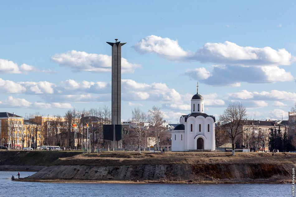 Обелиск Победы и новодел, часовня Михаила Тверского на острове Памяти (2002 г).