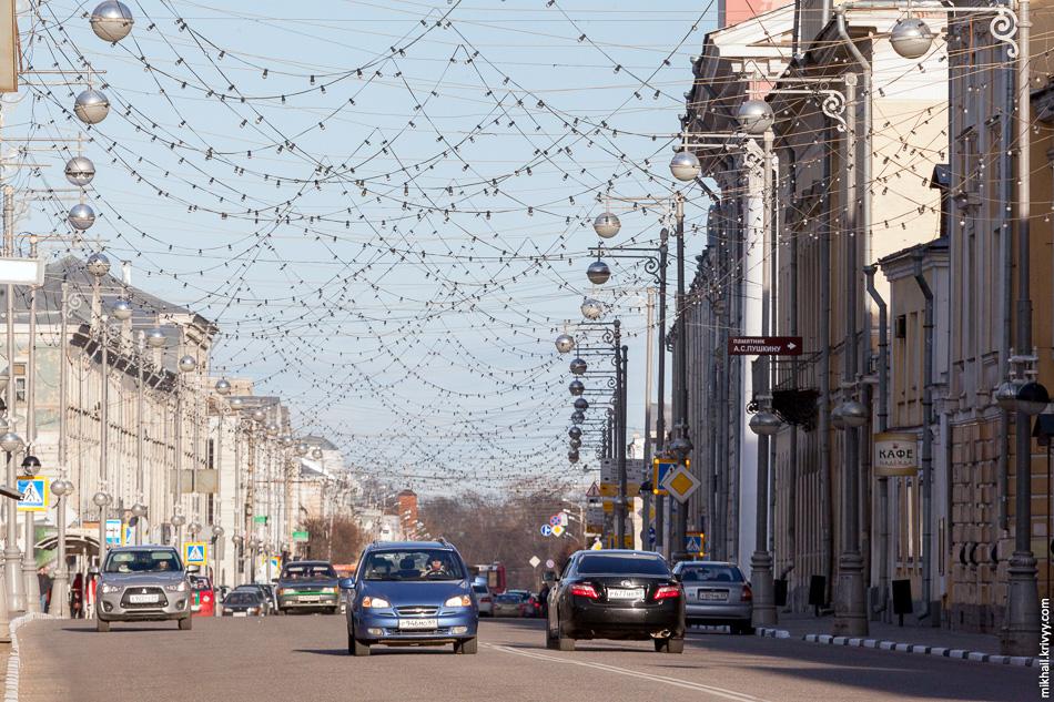Улица Советская. Новогодние украшения решили оставить на майские праздники.