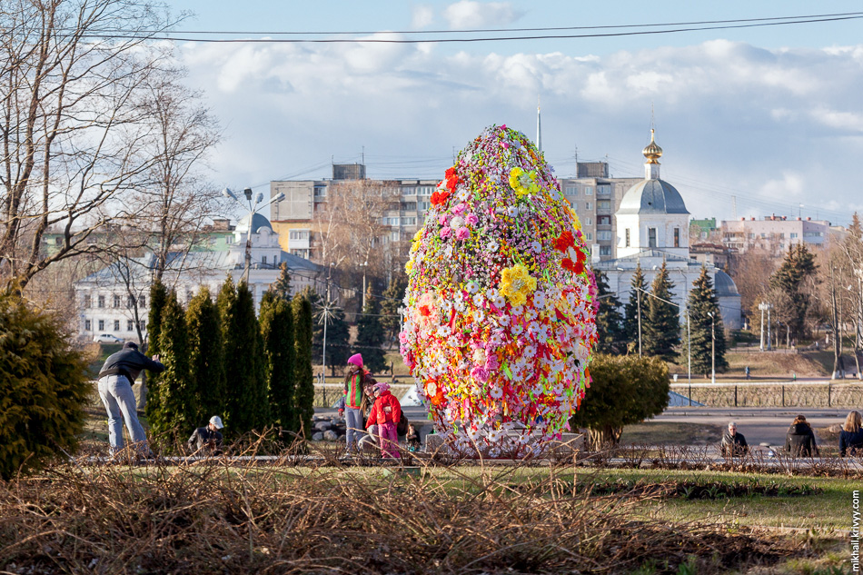 В Городском саду до сих пор стоит Пасхальное яйцо. Судя по гирляндам, стоять ему еще долго.