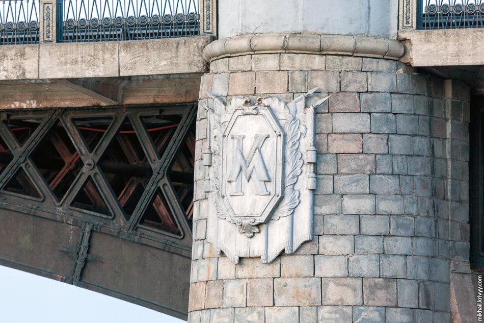Недалеко от Староволжского моста, есть Нововолжский. Тоже интересный, с пролетными строениями из чугунных арок и картушами с вензелями «МК» на опорах (Михаил Калинин).