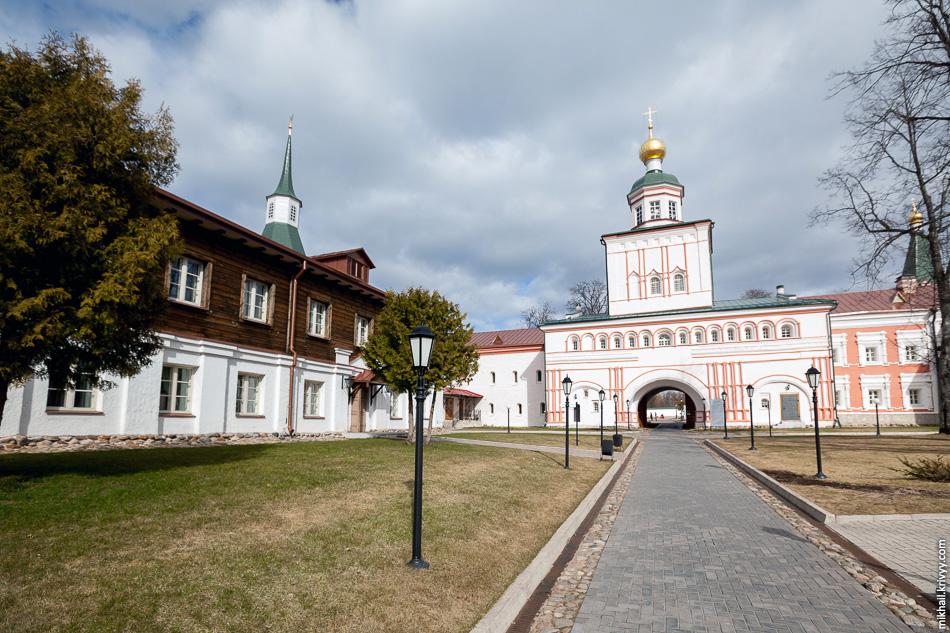 Надвратная церковь во имя святого Архистратига Михаила.
