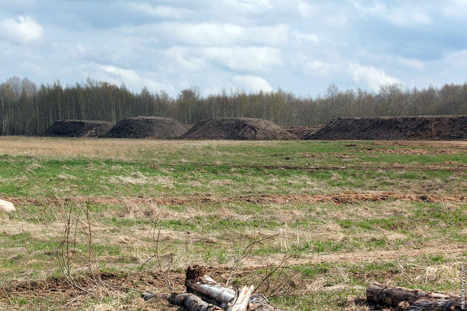 Не знаю что это. Возможно, на прилегающем поле просто складируют плодородный слой.
