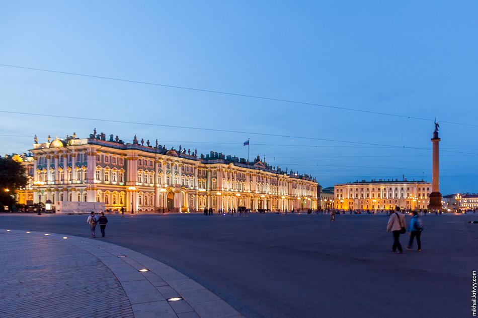 Дворцовая площадь, тут не нашел на что поставить камеру, снимал с рук.