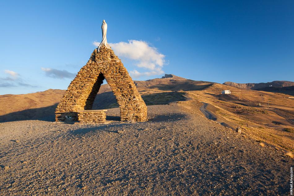 Дело шло к закату и мы немного поднялись вверх пешком. Своеобразная часовня на высоте 2620 метров.