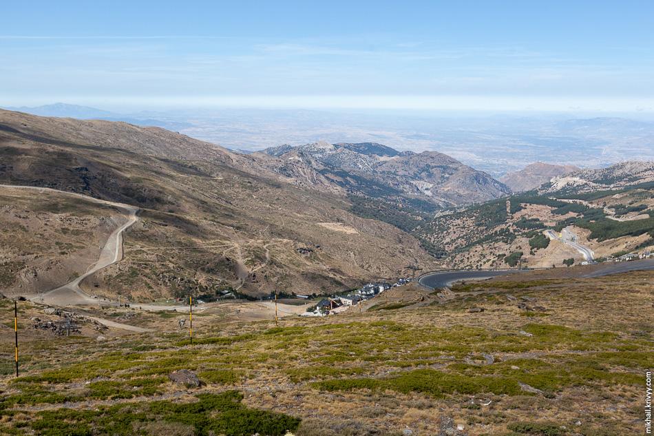 В районе стартовой точки на высоте 2580 метров. Вид в сторону гостиничной деревни и Гранады.