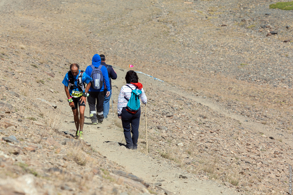 Параллельно с мной поднимались участники марафона Ultra Sierra Nevada. Только я прошел буквально несколько километров и был в начале маршрута, то они прошли почти 100 км. и были совсем недалеко от финиша.