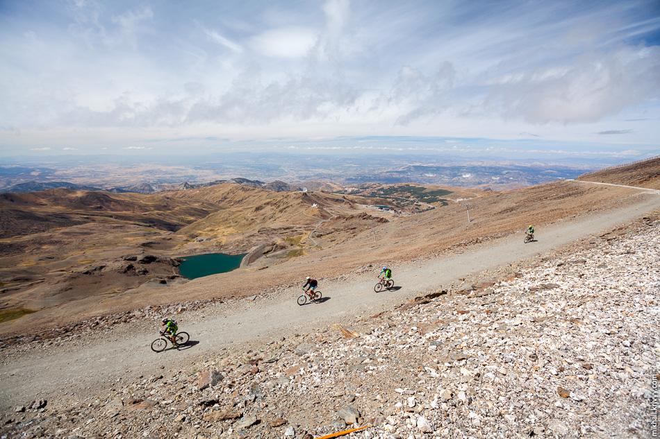 Всю дорогу меня обгоняли велосипедисты. Не знаю как вверх, но вниз им точно проще. Вообще, в горах Сьерра-Невада их было особенно много. Позже, нашими соседями в Капилейре была группа подобных велосипедистов.