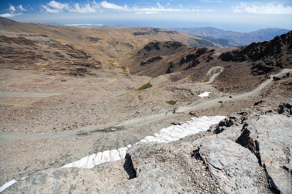 Прошлогодний снег, до 1913 года здесь был ледник. А это уже вид с перевала в сторону Средиземного моря и города Альмерия (Almería).