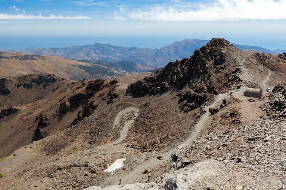 На южном склоне, в ущелье виднеются деревня Капилейра. Тогда мы еще не знали что следующие две ночи проведем именно там.