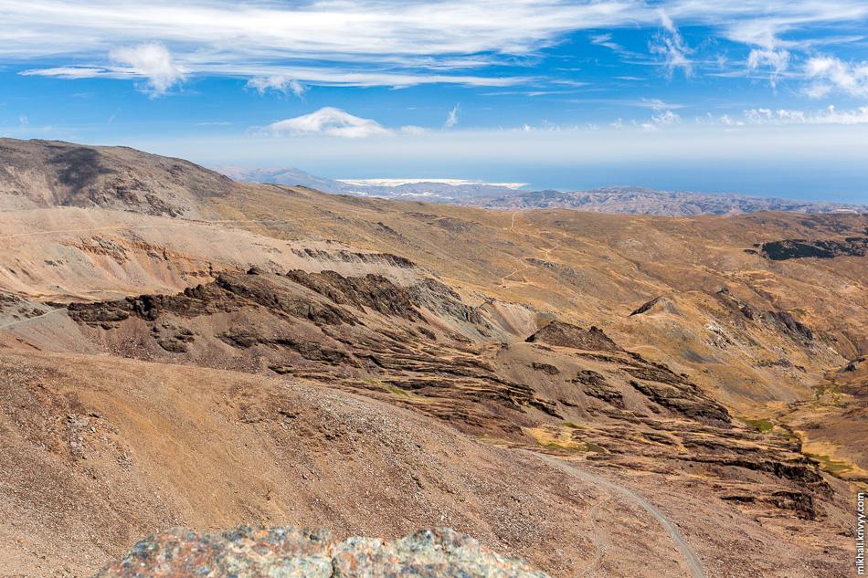 Еще один вид в сторону города Альмерия и Средиземного моря. Что же там такое белое?