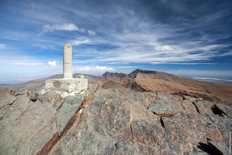 А вот, собственно, и пик Велета. 3.5 часа ходу. Высота дает о себе знать, хорошо, что мы немного акклиматизировались переночевав на высоте ~2500 метров.