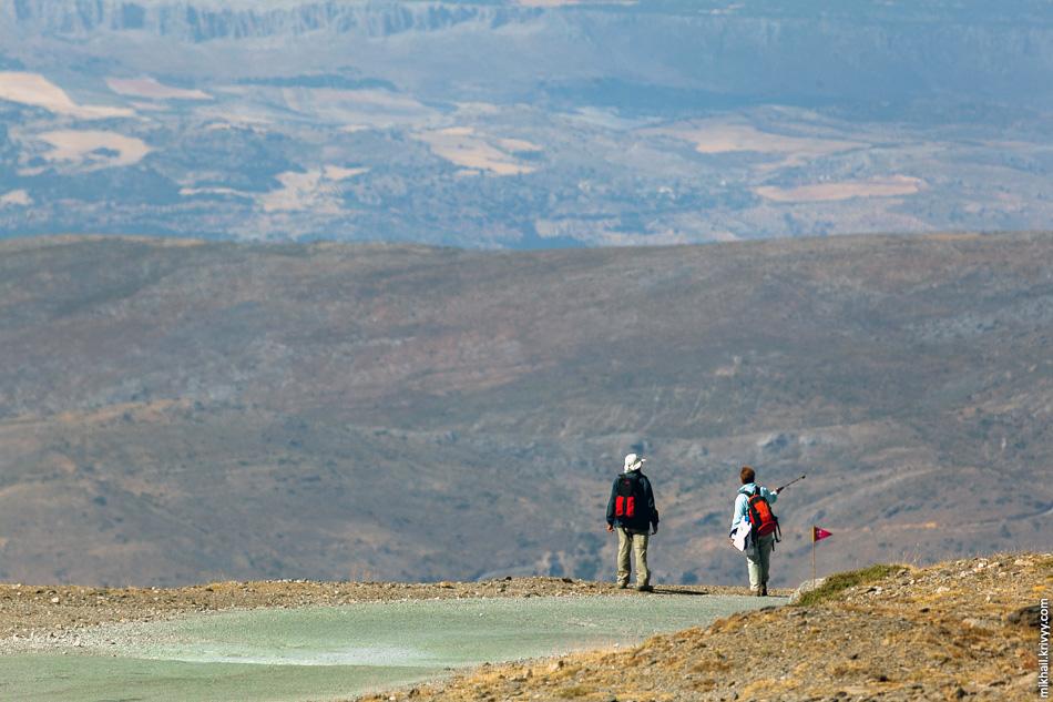 Несмотря на закрытый летний сезон желающих пройтись пешком и проехать на велосипедах была более чем достаточно.