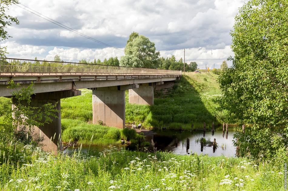 А это мост через реку Вишера на дороге Новоселицы - Папоротно. Он всегда был в плохом состоянии, но сейчас его совсем ушатали.