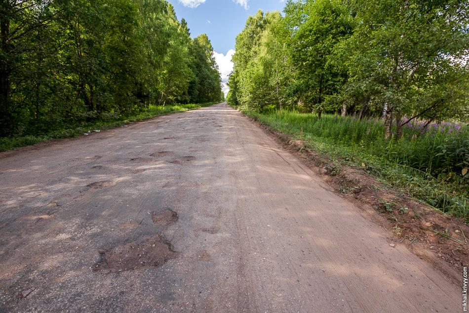 Когда дорога становится совсем плохой, самосвалы начинают ездить по обочинам.