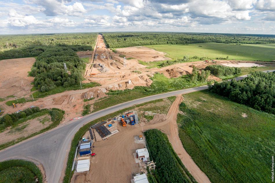 Начались работы по строительству путепровода на дороге Савино - Селище. Справа видны работы проводимые по насыпи будущего путепровода.