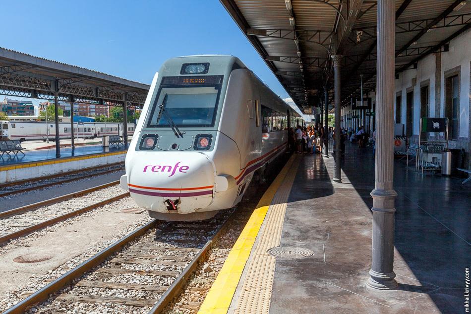 """Наш поезд из Севильи на вокзале Гранады. Справа видны вагоны поезда Тальго-250. Буквально несколько недель назад такие же пустили до Нижнего Новгорода с коммерческим названием """"Стриж""""."""