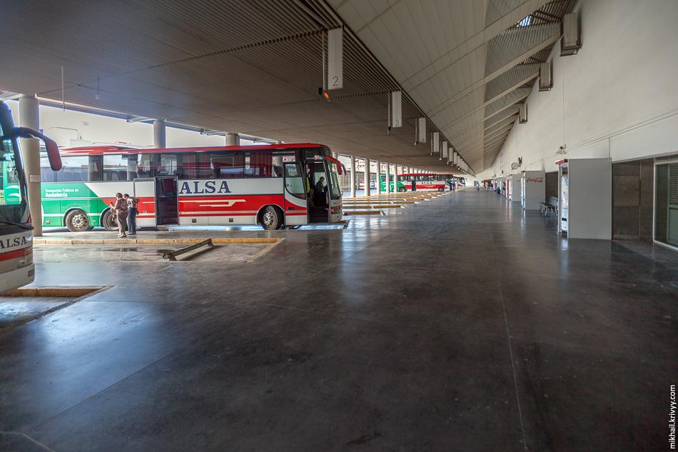 Посадочные платформы автовокзала в Гранаде.